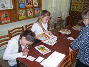 Читатели за библиотечной кафедрой  в библиотеке им. К.А. Некрасовой